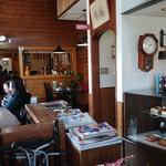 レストラン やましろ - お店に入ってすぐに見える店内の風景。