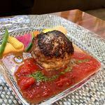 83357222 - 黒毛和牛と国産豚のハンバーグ、有機トマトとバジルのソース