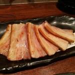 燻製居酒屋 くゆり - 鉄板の燻製ベーコン