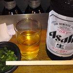 さくっとばんざい - 大ビンビール(アサヒスーパードライ)(390円)に、付出しのねぎ。付出しのねぎはおかわり自由