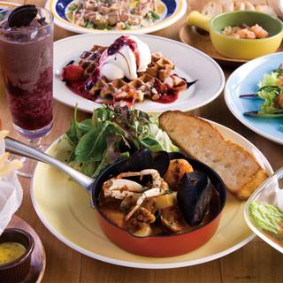 明るい太陽の恵みと海の豊かさをたっぷり味わえる、カジュアルで心地よい海辺のカフェ
