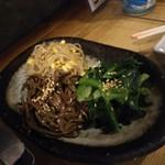 ホルモン焼肉 肉の大山 - ナムル盛合わせ 734円