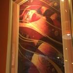 Koume - 店内飾る魅力的な絵画