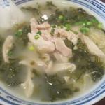 香港麺 新記 - とり肉、高菜入りラーメン