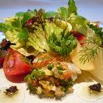 コム・シェ・ヴ - 新鮮な魚介類(オマール海老、帆立貝、ツブ貝、本日の鮮魚)と季節フルーツのサラダ仕立て ラヴィゴットソース