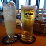 iq cafe&dining - 生ビール(480円)とノンアル(マンゴーのジンジャー割り)(480円)