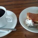バル&ビストロダイニング Knutsford Terrace - ランチプレートのケーキとコーヒー