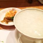 83393790 - 海鮮中華粥。沈んでる具は貝柱、海老、イカだったかしら。薬味にザーサイ、パクチー、揚げワンタン。中華粥警察もニッコリ。