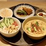 83395731 - 海南チキンライスと揚げ麺のせカレーヌードルのセット