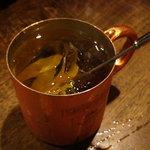 マッチポイント - 銅製のマグカップで供されるモスコミュール
