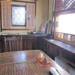 竹やぶ - 入って直ぐのテーブル席で。