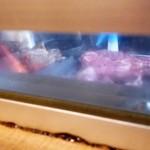 bi-fuapputoukyouchako-ruguriruandoba- - カウンター端の隙間からお肉を焼くのが見られます