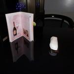カトーズ ダイニングアンドバー - 窓側の席のテーブルです。