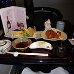 カトーズ ダイニングアンドバー - 長崎県産の穴子の一本揚げ、岩手県産の若鶏の唐揚げ、魚沼産コシヒカリの白いご飯、お味噌汁です。