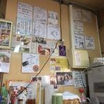 きしもと食堂 - 店内には沢山のサイン