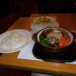 SATSUKI - 和牛シチューハンバーグとライス、皮付きの大きなフライドポテトです。