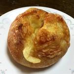 ブーランジェリー パルク - ドライトマトのチーズロール 220円