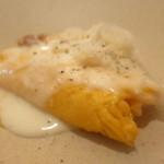 83419058 - ふんわり雪チーズオムレツ パンチェッタのソテー ベシャメルソース 0.01mmにスライスしたグラナパダーノ