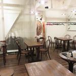 Il Sol Levante - 1階は薪窯と厨房、カウンター席とテーブル席があり、 今回は階段を上がって2階のテーブル席でした。