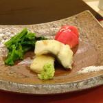 鮨 そえ島 - ◆海鰻(大分)、菜の花、トマト。 鰻は一度蒸して焼いてありますので身はふんわり、外はカリッとして美味しい。 トマトも甘いですよ。