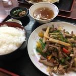 福宝 - 料理写真:手前は青椒肉絲。奥は唐揚げ