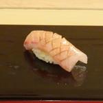 鮨 そえ島 - ◆ブリヒラ・・ブリとヒラマサを掛け合わた魚だそうですが、初めて頂きました。 品のいい脂を感じますね。どちらかと言うと「鰤」の味わいが強いように思えましたが、時期によりお味が変わるそうな。