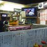 堂島精肉店 - ショーケースには、ワインとお肉が
