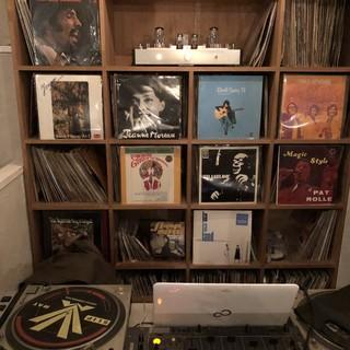 DJ機材設備。豊富な種類のレコードで心地良い音楽