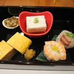 83432393 - (2018年4月 訪問)『あずま』の前菜。蕎麦味噌、蕎麦豆腐、玉子焼き、手毬寿司の前菜、それに蕎麦が付いて1200円。