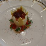 83432457 - (2018年4月 訪問)ムース、ホワイトアスパラ、天使の海老の前菜、ピモエスプレット添え。見た目にも美味しく、実際にも美味しい前菜。全体的にサッパリした味わいなのに不足が無い凝縮された旨味が好みでした。