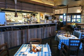 cafe&trattoria Macco - ブルーのギンガムチェックのテーブルクロスがアクセントの店内1