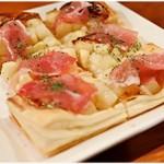 居酒屋鳥のぶ - 林檎と生ハムのゴルゴンゾーラピザ 900円