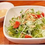 居酒屋鳥のぶ - 生野菜たっぷりサラダ 500円