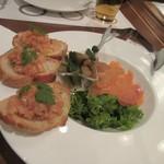 地ビール&ピッツァ オークラブルワリー - 料理の2品目はスモークサーモンと自家製ピクルスの盛り合わせです。