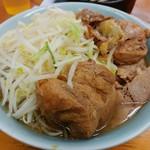 ラーメン二郎 - 小豚ノーコールの麺少なめカタメ。手前の豚さんが....