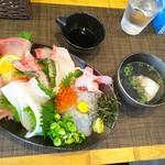 しらす料理の豊洋丸 - しらす海鮮丼 ¥1600 (土日限定)