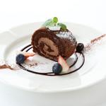 ラム酒につけたチェリーの入った生チョコロールケーキ