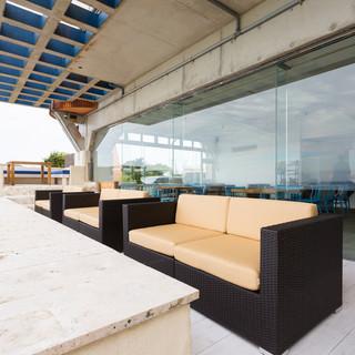 素晴らしい眺望に心を奪われる、開放感のあるテラス席