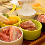焼肉食べ放題 NIKULAB 博多筑紫口店 - 宝箱から現れたのは、お肉や野菜のちょい盛セットでした。 この『肉らぼっくす』は食べ放題コースを頼むと、もれなく付いてきます。