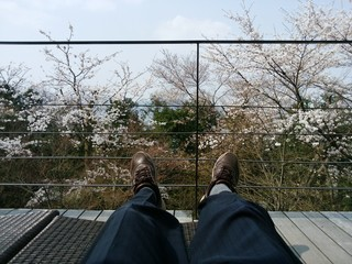 足羽山デッキ - テラス席で足をのばして・・・
