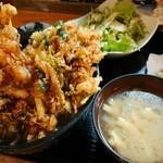鳳翠 - 玉子とニラの煮物も付いて、味噌汁も濃厚で美味しい!