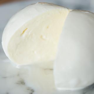 店内に併設した工房で作られる、フレッシュチーズのみを使用!