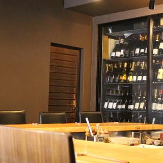 カウンター9席。料理とお酒をゆっくり味わう大人の空間。