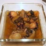 83481631 - 牡蠣と海老、タコのアヒージョ風グラタン