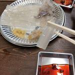 函館朝市 駅二市場 活いか釣り広場 - お醤油を付けると動きます!!
