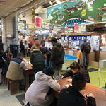 函館朝市 駅二市場 活いか釣り広場 - 人がたくさん!