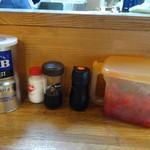 まるきん - 「まるきん」卓上のエスビーの辛味スパイス、福神漬け、ウスターソースと醤油
