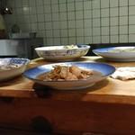 割烹田中 - テーブルの大皿料理