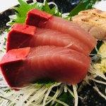 炭魚酒菜 わなか - ブリのお刺身。