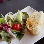 83493067 - サラダとパンです。